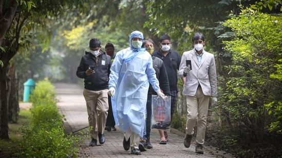 A team from the Animal Husbandry department out collecting crows found dead in a park in Rohini, New Delhi on January 9. Over two dozen crows have and at least 10 ducks have been found dead since January 5 in the national capital's parks, sparking fears of an outbreak of bird flu (avian influenza) in the city.(Sanchit Khanna / HT Photo)