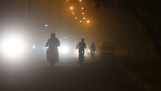 Commuters on a foggy winter evening in Mayur Vihar, New Delhi, on January 8, 2021. (Raj K Raj/HT PHOTO)(HT_PRINT)