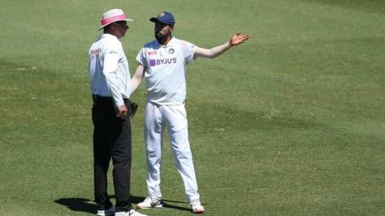 Siraj complaining of racial abuse to the umpire in Sydney(Twitter)