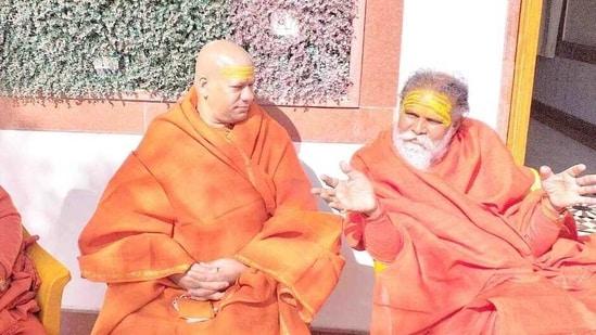 Akhil Bharatiya Akhada Parishad president Mahant Narendra Giri (left) holding discussion regarding Kumbh fair with saints in Haridwar:(HT Photo)