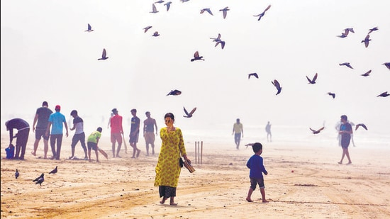 Air quality in Mumbai improved slightly on Monday with overall air quality index (AQI) at 256, which falls in the poor category, as opposed Sunday's 301 (very poor). (Satyabrata Tripathy/HT)