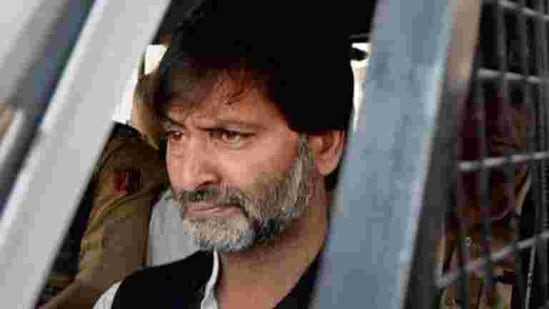 The TADA court had earlier issued non-bailable warrants against Yasin Malik and seven others allegedly involved in the killing of four IAF personnel in Kashmir in 1990.(PTI photo)