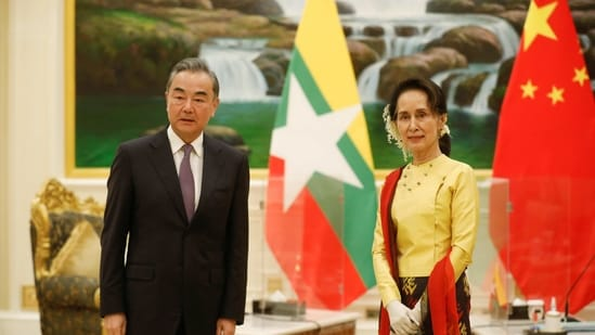 China's State Councillor and Foreign Minister Wang Yi is welcomed by and Myanmar's state counsellor Aung San Suu Kyi in Naypyitaw, Myanmar.(Reuters)