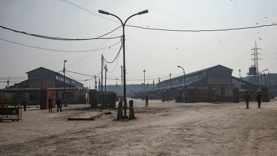 A deserted view of the Ghazipur Poultry market in New Delhi on January 11. Delhi on January 9 announced the closure of the Ghazipur wholesale poultry market for 10 days and banned the entry of live birds from outside Delhi. Over the past four days, about 150 birds have been found dead across the city, HT reported.(Amal KS / HT Photo)
