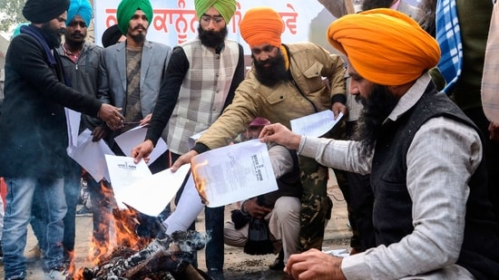 Activists of the Dal Khalsa radical Sikh organization burn copies of recent agricultural reforms during a demonstration. (AFP Image )