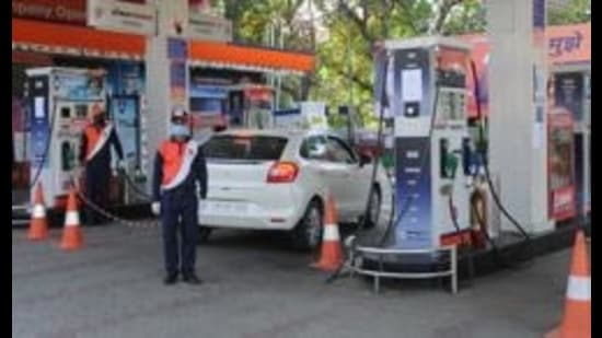 In October 2018, the cost of one litre of petrol was <span class='webrupee'>₹</span>91.34 and cost of one litre of diesel was <span class='webrupee'>₹</span>80.10. (HT Photo)
