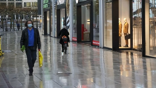 Pedestrians pass by closed stores on the Zeil shopping street in Frankfurt, Germany.(Bloomberg)