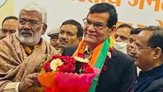 Arvind Kumar Sharma joined the BJP after taking voluntary retirement from All India Services.(Courtesy: Livehindustan)