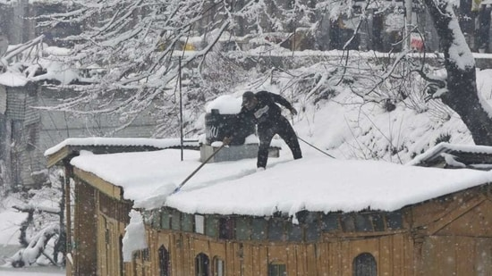 Srinagar recorded minus 7.8 degrees Celsius on Wednesday, which was the lowest temperature recorded in the city in eight years, an official of the MET department said.(Waseem Andrabi/Hindustan Times)