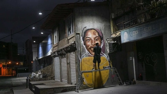 The glowing face of one of Venezuela's greatest athletes seems to invigorate a corner of the country's decaying capital, a splash of color and inspiration for increasingly grim times.(AP)