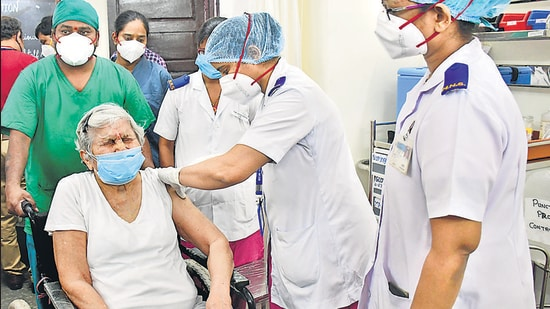 A medic administers a dose of Covishield vaccine to 87-year-old Dr. Asha Singhal at Nair Hospital. (Bhushan Koyande/HT)
