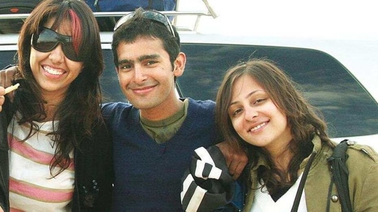 Kapoor & Sons director Shakun Batra with his friends Ayesha DeVitre (let) and Avantika Malik (right), on their way from Jaisalmer to the airport, when their car broke down