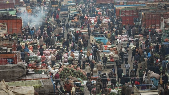 People, not adhering to social distancing norms, at Narwal wholesale vegetable and fruit market, amid coronavirus pandemic, in Jammu.(PTI)