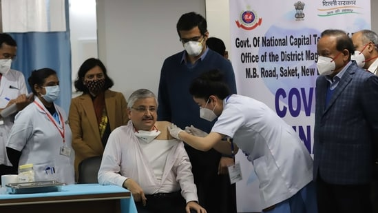 A medic administers the first dose of vaccine to All India Institute Of Medical Sciences (AIIMS) Director Randeep Guleria, (PTI)