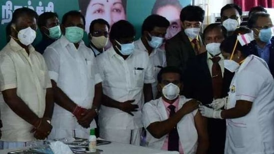 Chief minister Edappadi Palaniswami, deputy chief minister O Paneerselvam, health minister C Vijayabhaskar and health secretary J Radhakrishnan were present to launch the vaccination drive in Madurai.(Sourced)