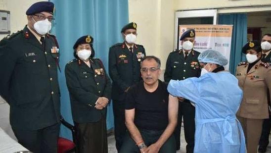 Covid Warriors receiving Covid-19 vaccine shots at Base Hospital Delhi Cantt.(@adgpi/Twitter)