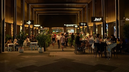 Customers sit outside restaurants in the Robertson Quay area of Singapore,(Bloomberg)