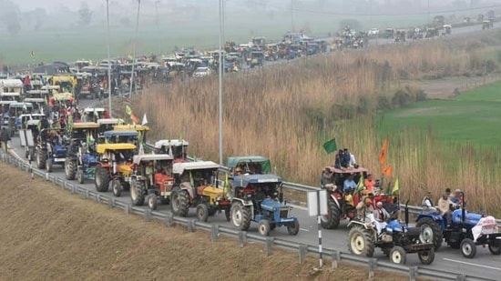 A long row of tractors on Western Peripheral Expressway headed towards Singhu Border on January 7. The march came a day before the government and the farmers' unions were slated to hold their next round of talks. (Vipin Kumar / HT Photo)