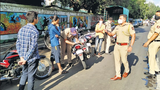 Police take action against persons not wearing a mask at Mukundnagar in Pune in September, 2020. (HT)