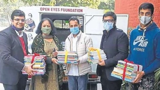 Bhavan's Old Student society (BOSS) donated books to Open Eyes Foundation.(HT)