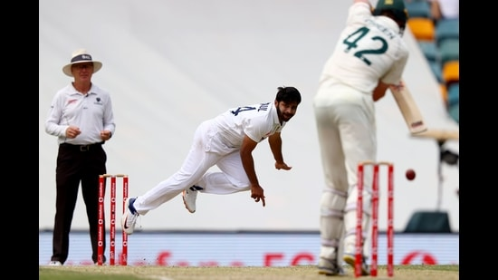 India's Shardul Thakur (C) bowls to Australia's batsman Cameron Green on day four of the fourth cricket Test match between Australia and India at The Gabba, Brisbane, January 18, 2021 (AFP)