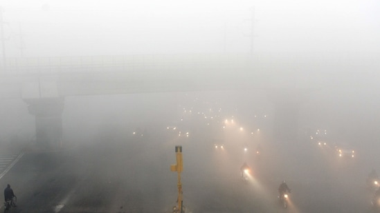 On Wednesday, the maximum temperature at the Safdarjung observatory, which is considered the official marker for the city, was 18.3 degrees Celsius, while the minimum was 7.8 degrees Celsius.(Arvind Yadav / HT Photo)