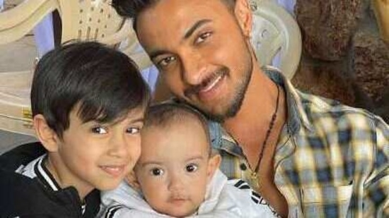 Aayush Sharma poses with his kids, Ayat and Ahil.