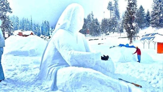 A four-day snow sculpting competition, aimed at providing a platform to budding artists in Kashmir, began on Wednesday in the famous skiing resort of Gulmarg.(Yahoo)