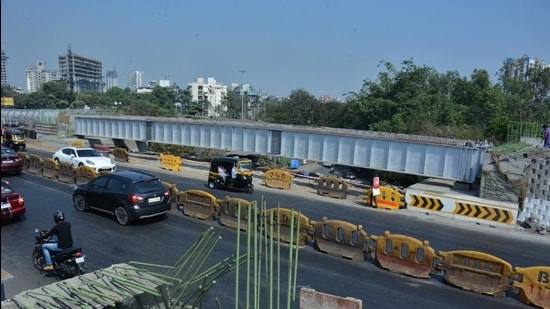 The north-bound route from Airoli junction to Eastern Express Highway (EEH) towards Thane and LBS Marg will be closed for all types of heavy vehicles on January 23 and 24 from 9pm to ease the peak-hour congestion. (Praful Gangurde/HT photo)
