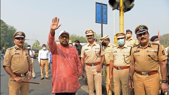 Singer and musician Shankar Mahadevan himself became a traffic cop and took to the streets in Vashi to regulate traffic, on Friday morning. (Bachchan Kumar/HT PHOTO)