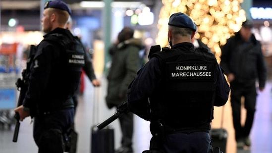 FILE PHOTO: Dutch police patrol at Amsterdam's Schiphol airport, November 6, 2019. REUTERS/Piroschka van de Wouw/File Photo(REUTERS)