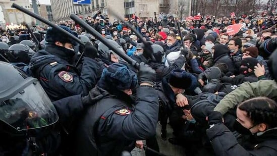 Law enforcement officers clash with participants during a rally in support of jailed Russian opposition leader Alexei Navalny in Moscow, Russia January 23, 2021. REUTERS/Maxim Shemetov(REUTERS)