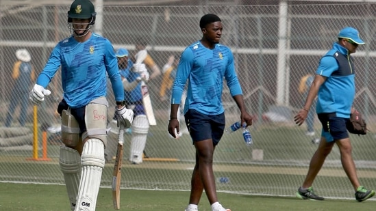 South Africa's Dean Elgar, left, and Lutho Sipamla, center, attend a practice session at the National Cricket Stadium, in Karachi.(AP)