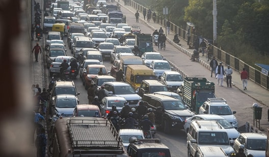 Traffic jam during the ongoing protest against new farm laws, at Ghazipur border in New Delhi.(Amal KS/ Hindustan Times)