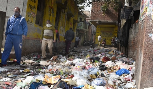 Garbage piled up at Peepal Wali Gali near Sadar Bazar as MCD workers are on strike over non-payment of their salaries, in New Delhi. (Arvind Yadav/ Hindustan Times)
