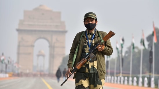 A SSB personnel on alert at Rajpath near India Gate on the eve of Republic Day, in New Delhi(Sanjeev Verma/ Hindustan Times)