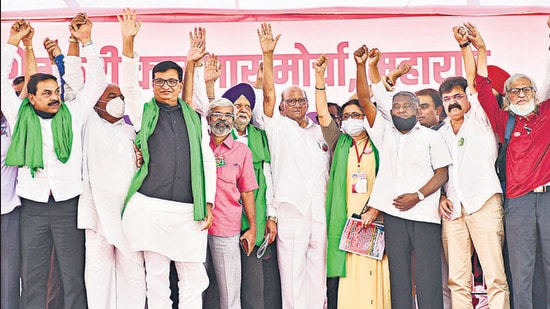 NCP leader Sharad Pawar and ministers Balasaheb Thorat and Jitendra Awhad, along with other leaders, at the protest site. (Bhushan Koyande/HT)