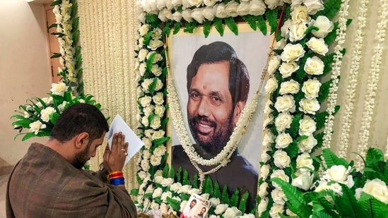 LJP chief Chirag Paswan pays tribute to his father and party founder Ram Vilash Paswan in Patna.(PTI)