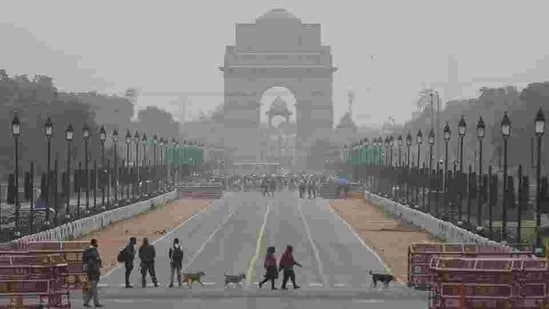 Pedestrians cross the road at India Gate in New Delhi in this file photo. (Sanchit Khanna/HT Photo)