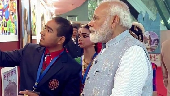 Anurag Ramola explaining his painting about motivating children before exams to PM Modi at Pariksha Pe Charcha session held in Delhi last year. (HT )