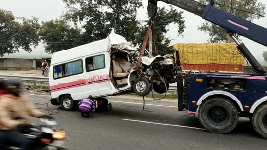 The mangled ambulance being towed away(HT PHOTO)