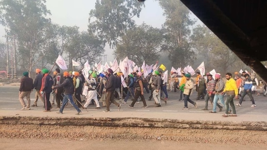 Farmers from Singhu border march towards Delhi for tractor rally. (HT Photo)