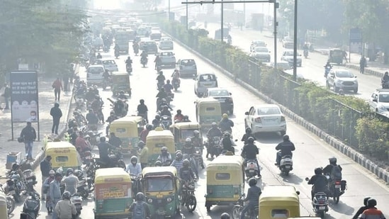 Chaos at Delhi-Noida link road near Akshardham Temple after Delhi Traffic Police closed the link road for vehicular movement due to farmers' protest at Delhi-Noida- Chilla border, in New Delhi.(Ajay Aggarwal /HT PHOTO)
