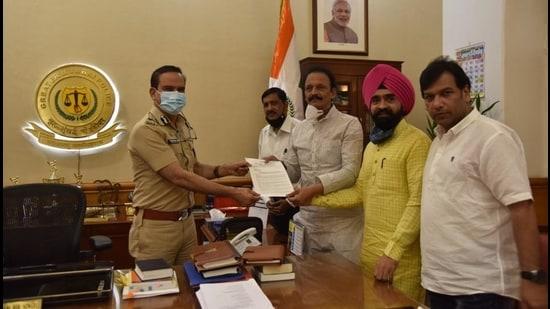 Congress leaders handed over a letter to Samta Nagar police.