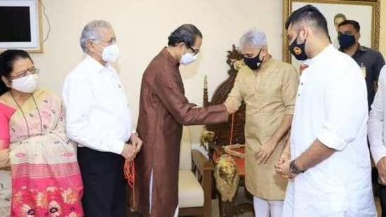Sameer Desai being welcomed into Shiv Sena by Uddhav Thackeray (Photo@ShivSena)