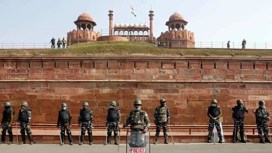 Policemen stand guard in front of the historic Red Fort after Tuesday's clashes between police and farmers, in the old quarters of Delhi, India, January 27, 2021. (REUTERS)