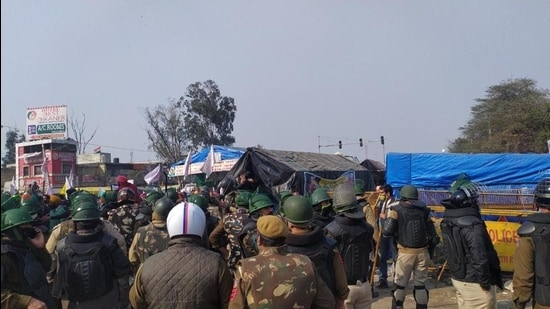Heavy deployment of police personnel at Singhu border after clashes broke out on Friday. (HT Photo)