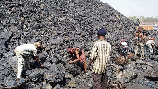 Outsourcing coal workers working at a colliery at Jharia in Dhanbad, Jharkhand, ( Chandan Paul / Hindustan Times)