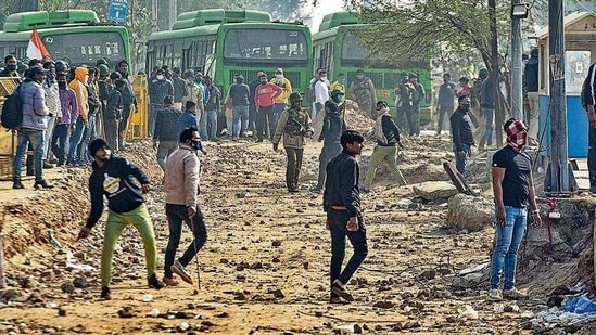 The stone-pelters clashed with the police, protesting farmers. (Sanchit Khanna/HT PHOTO)