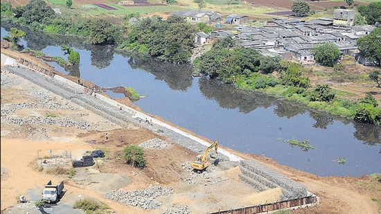 Construction of a wall along Waldhuni river at Gauripada, Kalyan (W). (Rishikesh Choudhary/HT)